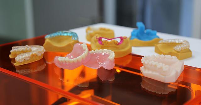 assortiment de moules, prothèses et pièces dentaires imprimés en3D