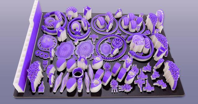 fonderie visijetm2 sur une plate-forme d'impression illustrant la variété et la capacité grand volume de l'imprimante pour bijouterie mjp2500