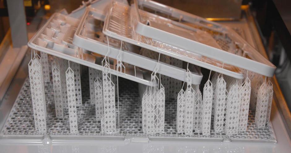 Fabrication de piècesSLA imbriquées, imprimées sur l'imprimante ProJet7000HD chez VAULT